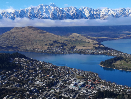 湖と雲の上に雪を戴いた山々が見えるクイーンズタウンの冬景色も最高です。