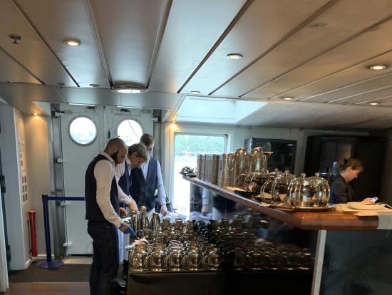 船内でスタッフが紅茶の用意してるところです