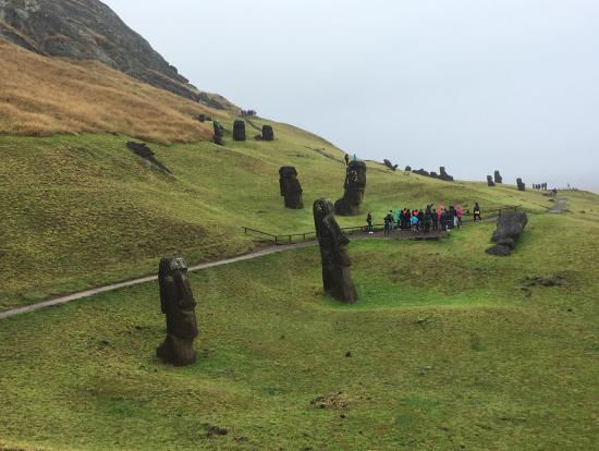 いろんな大きさ、形のモアイ像が立ち並ぶラノララク山