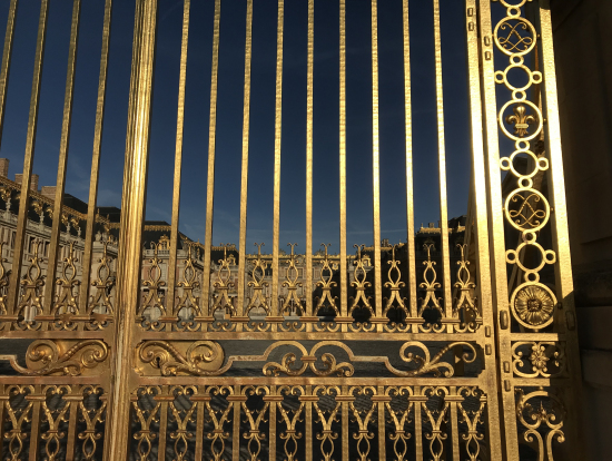 入場までの待ち時間に門の外から写してみました