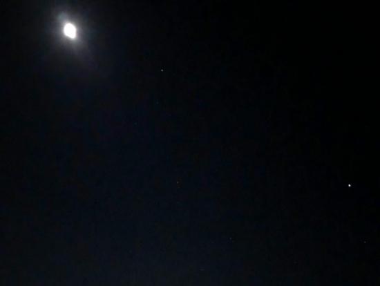 市街地の灯りと月明かり